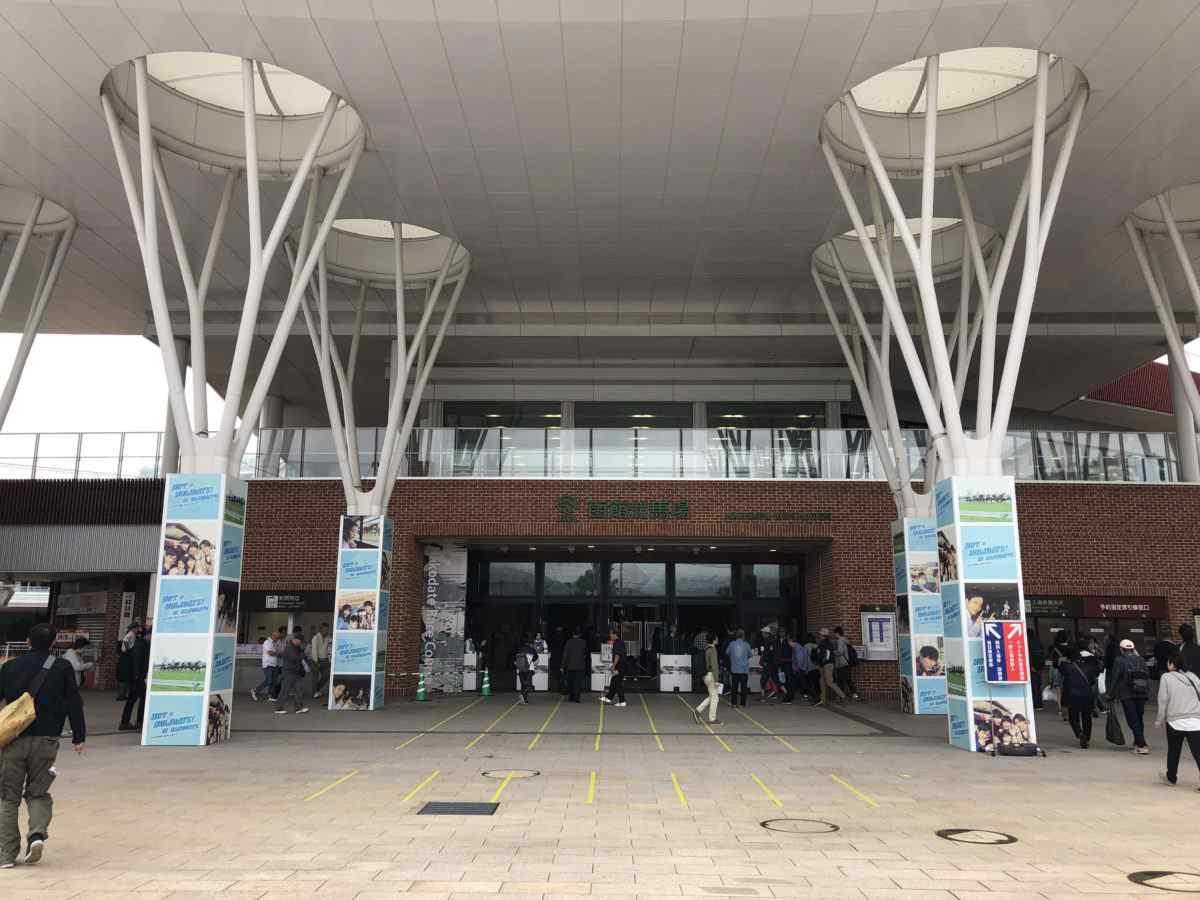 函館競馬場の入口