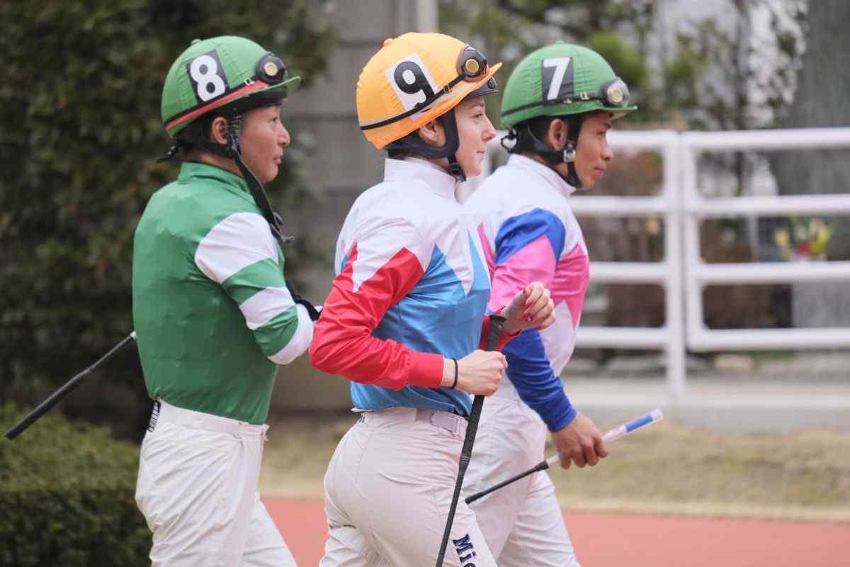 馬に駆け寄るミシェル騎手